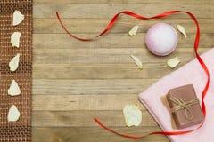 桃红色浴炸弹和两端有绒穗之布毛巾和肥皂 免版税库存图片