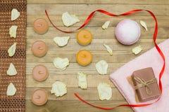 桃红色浴炸弹和两端有绒穗之布毛巾和肥皂 库存图片