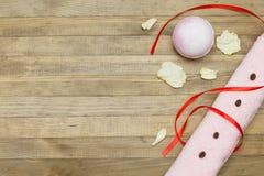 桃红色浴炸弹和两端有绒穗之布毛巾 库存图片