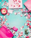 桃红色购物袋、花和空白的标记在绿松石背景,顶视图 免版税库存照片