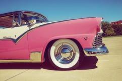 桃红色1955年福特冠维多利亚 库存照片