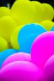 桃红色黄色和bule气球 库存照片