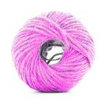 桃红色结辨的丝球,在白色背景隔绝的缝合的毛线卷 库存照片