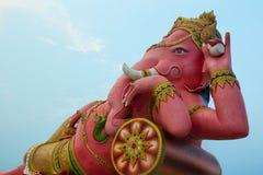 桃红色Ganesha (大象神)与蓝天 免版税库存照片