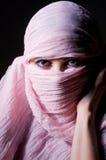 桃红色hijab的妇女 免版税库存照片