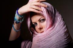 桃红色hijab的妇女 库存图片
