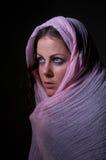 桃红色hijab的害怕的女孩 免版税库存图片