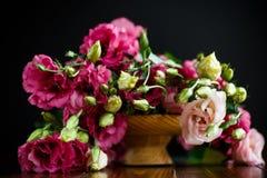 桃红色lisianthus花美丽的花束  图库摄影