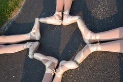 桃红色pointe的舞蹈家穿上鞋子在街道上的外部 免版税库存图片