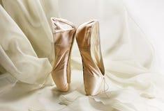 桃红色pointes,在轻的背景的芭蕾舞鞋 免版税库存照片
