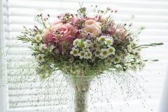 桃红色rustical婚礼花花束 图库摄影