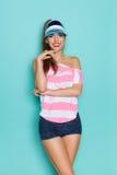 桃红色Stripd衬衣和牛仔裤短裤的快乐的女孩 库存照片