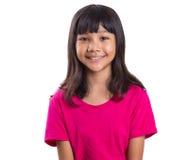 桃红色T恤杉的年轻青春期前的亚裔女孩 免版税库存图片