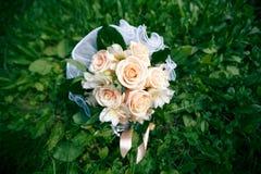 从桃色的玫瑰的婚礼花束 库存图片