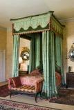 桃花心木古色古香的有四根帐杆的卧床床 免版税库存照片
