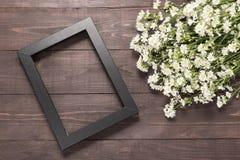 画框和切削刀花在木背景 库存图片