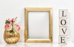 画框和桃红色玫瑰 背景蓝色框概念概念性日礼品重点查出珠宝信函生活纤管红色仍然被塑造的华伦泰 库存照片