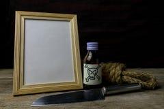画框和毒物和刀子 库存照片