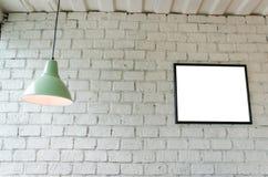画框在有天花板灯的屋子里 库存图片