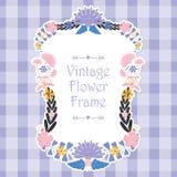 框架与桃红色和紫色花的模板设计 免版税库存图片