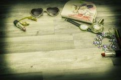 框架与,礼物丝带、化妆用品和装饰在淡色co 免版税库存图片