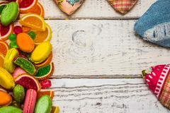 框架从糖果到贺卡,在背景的糖果 库存照片