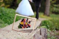 框架和婚礼花束关闭 免版税库存图片