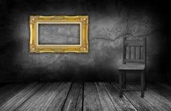 框架和木头椅子在有灰色石墙的内部屋子里 免版税库存图片
