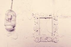 框架和笼子设计鸟的在墙壁上 库存照片