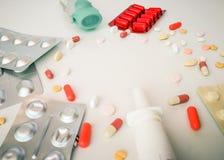 框架在长方形和胶囊做成投入的由药片 免版税库存照片