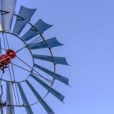 框架方形的关闭一windpump的多把刀片有清楚的天空蔚蓝背景 库存照片
