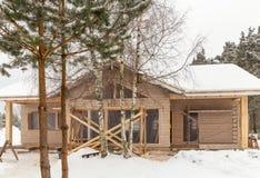 框架木房子的建筑杉木森林的背景的,冬天期间 免版税图库摄影