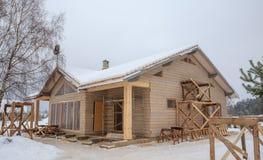 框架木房子的建筑杉木森林的背景的,冬天期间 免版税库存照片