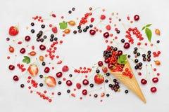 框架用在奶蛋烘饼锥体的五颜六色的莓果在轻的背景顶视图 饮食和健康点心 平位置称呼 图库摄影