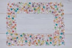 框架用色的糖果wodden白色桌 平的位置,顶视图 图库摄影