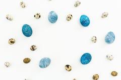 框架用鹌鹑和蓝色复活节彩蛋与拷贝空间在白色背景隔绝的文本的 平的位置,顶视图 2个所有时段小鸡概念复活节彩蛋开花草被绘的被安置的年轻人 库存照片