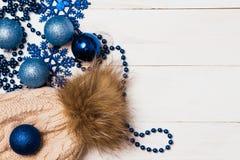 框架由与圣诞节玻璃球的圣诞节装饰,闪亮金属片,弓制成 圣诞节墙纸 平的位置,顶视图 图库摄影