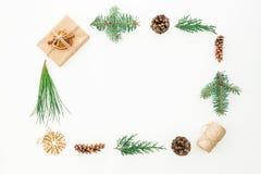 框架由树礼物盒、分支和杉木锥体做成在白色背景 圣诞节或新年构成 平的位置 顶视图 图库摄影