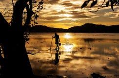 框架的剪影渔夫从自然 库存照片