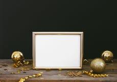 框架的嘲笑在与圣诞节装饰闪烁雪花、中看不中用的物品、响铃、蛇纹石和星co的木土气黑暗的背景 免版税库存照片