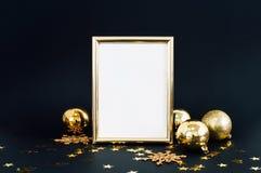 框架的嘲笑在与圣诞节装饰闪烁雪花、中看不中用的物品、响铃和星五彩纸屑的黑暗的背景 邀请,卡片 免版税库存照片