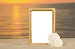 框架,在沙子的海海扇壳 免版税库存照片