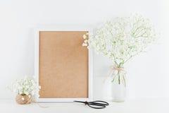 画框装饰的麦大模型在白色运转的书桌上的花瓶开花有文本的干净的空间的并且设计您的blogg 免版税库存照片