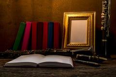 画框静物画在木桌上的与单簧管 免版税图库摄影