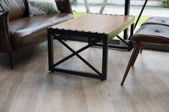 桌、椅子、棕色皮革沙发在窗口附近在餐馆或加州 免版税库存照片