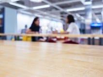 桌上面与被弄脏的妇女的在办公室自助食堂背景中 库存照片