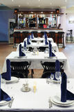 桌和酒吧行在餐馆 免版税库存照片