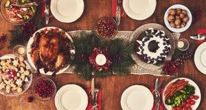 桌大角度看法为圣诞节家庭晚餐服务 选项 免版税库存照片