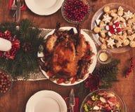 桌大角度看法为圣诞节家庭晚餐服务 选项 库存照片