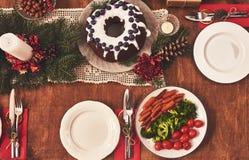 桌大角度看法为圣诞节家庭晚餐服务 选项 图库摄影